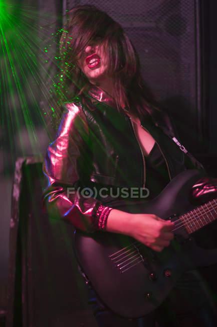 Портрет женский рок гитарист — стоковое фото
