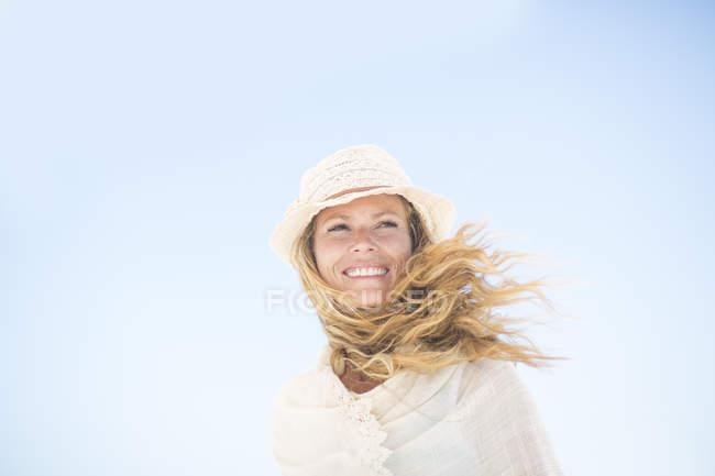 Усміхається жінка під Синє небо — стокове фото