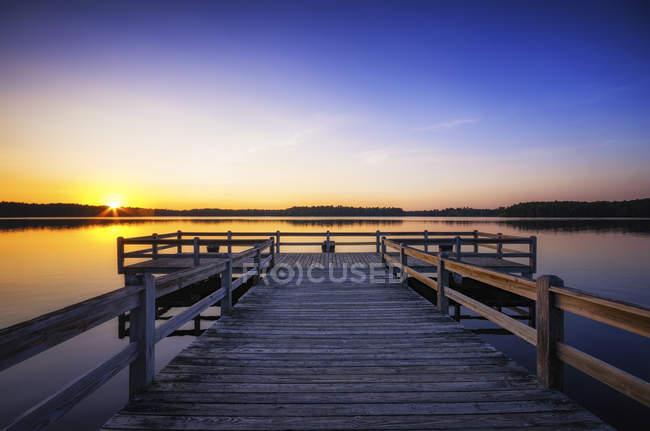 США, Wisconsin, Rhinelander, закат над водой — стоковое фото