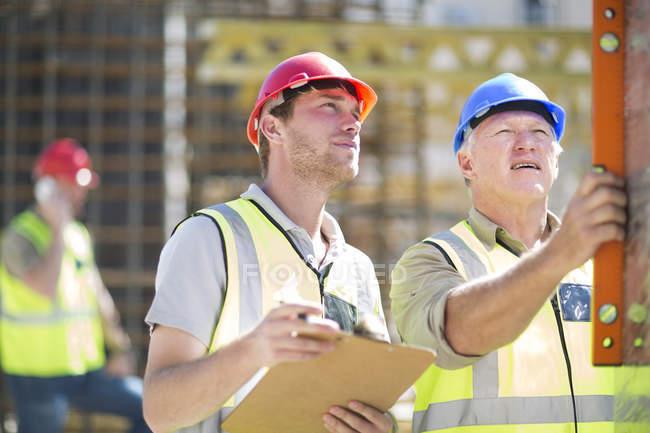Будівельних робітників, використовуючи дух рівень — стокове фото