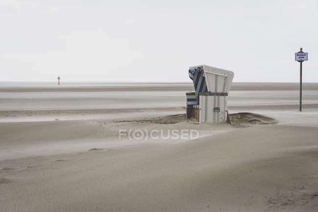 Німеччина, спогади про Шлезвіг-Гольштейн, St міського, з капюшоном пляжі кафедри у штормової погоди — стокове фото