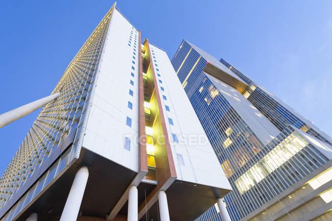 Нижний вид фасадов офисных зданий KPN Tower и De Rotterdam на Коп ван Зуид, Роттердам, Нидерланды — стоковое фото