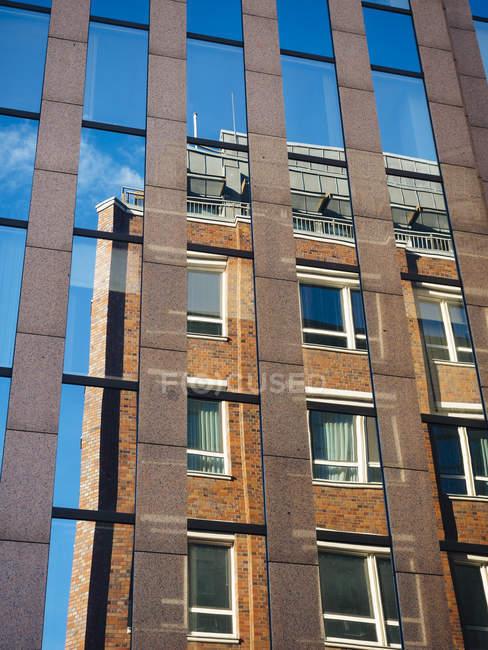Germania, Amburgo, vecchio edificio che riflette in facciata su edificio moderno — Foto stock