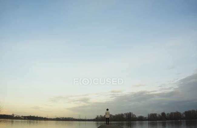 Allemagne, Roxheim, femme debout sur une promenade en bois à l'eau — Photo de stock