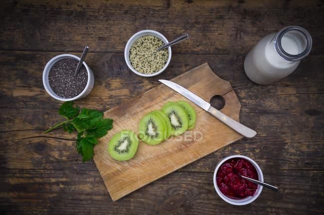 Lamponi, chia, latte, kiwi, semi di canapa e menta — Foto stock