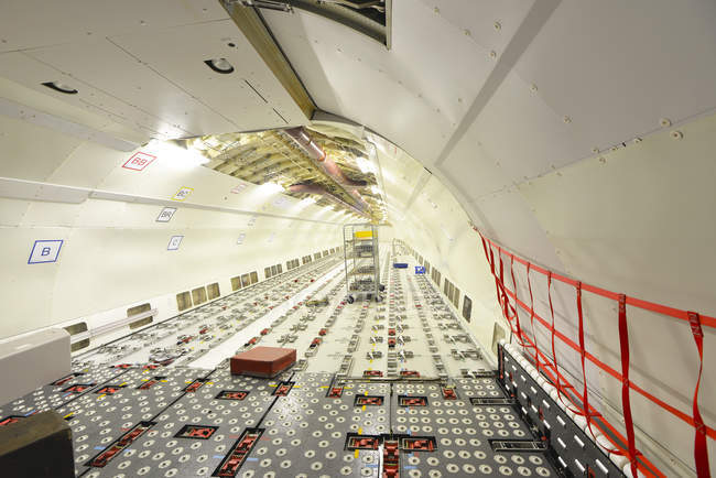Interno di un aeroplano incompiuto in un hangar — Foto stock