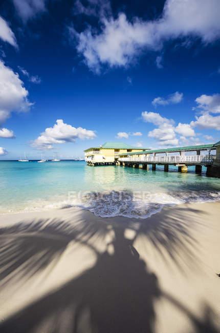 Caraïbes, Antilles, petites Antilles, la Barbade, Garrison, plage avec jetée pendant la journée — Photo de stock