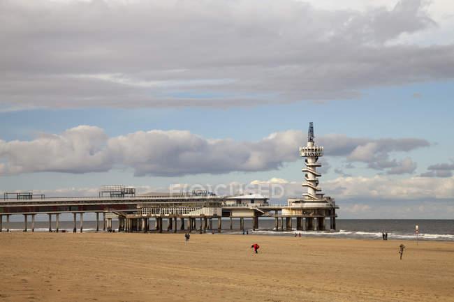 Нідерланди, Гаага, Схевенінген, пристані на пляжі під хмарами — стокове фото