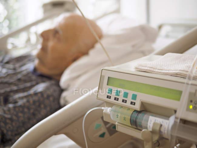 Homme âgé couché dans une unité de soins palliatifs — Photo de stock