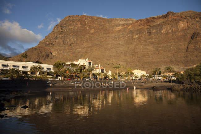 Spanien, Kanarische Inseln, La Gomera, Valle Gran Rey, schwarze Baby Beach in La Puntilla und rocky Mountain view — Stockfoto