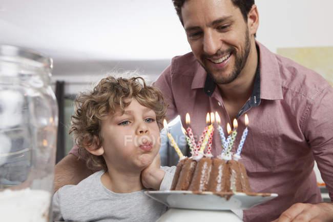 Vater und Sohn mit Geburtstagstorte — Stockfoto