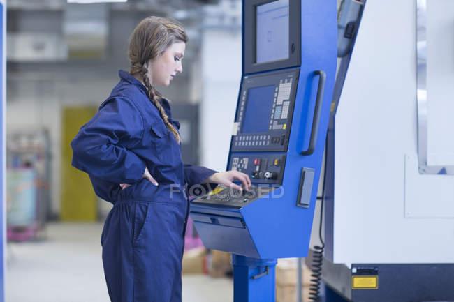 Techniker in Fabrikhalle arbeiten bei Fräsmaschine — Stockfoto