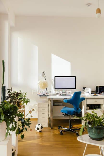 Bureau à domicile dans un appartement intérieur — Photo de stock
