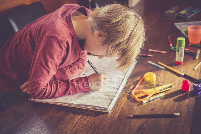 Little caucasian boy drawing on paper at home — Stock Photo