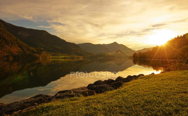Áustria, Estíria, Lago Grundlsee ao pôr do sol — Fotografia de Stock