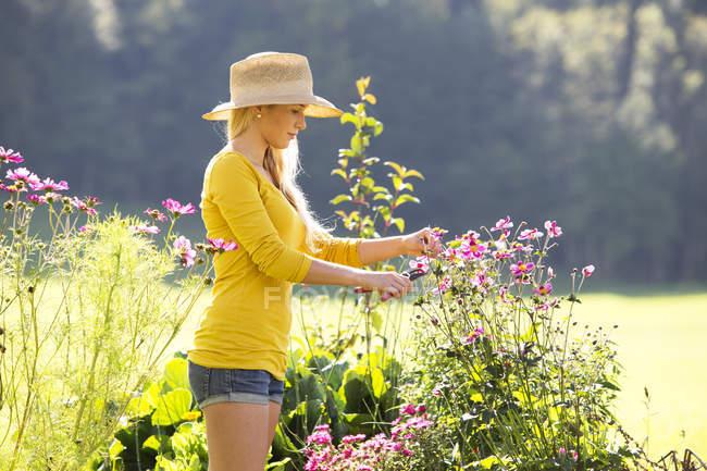 Девушка-подросток садоводство на открытом воздухе — стоковое фото