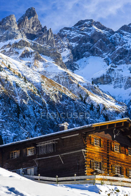 Germany, Bavaria, Allgaeu Alps, farm house, Trettachspitze and Maedelegabel in the background — Stock Photo