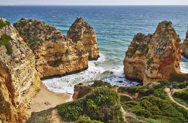 Portogallo, Algarve, Lagos, costa rocciosa e spiaggia — Foto stock
