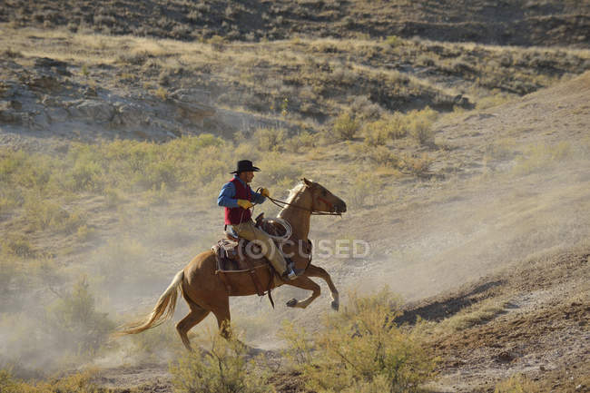 USA, Wyoming, Cowboy Reiten in badlands — Stockfoto