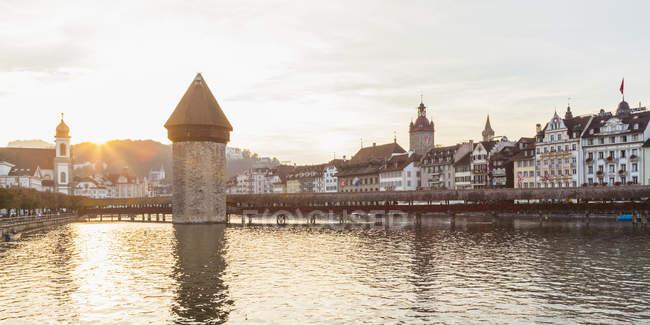 Suiza, Cantón de Lucerna, Lucerna, ciudad vieja, río Reuss, puente de la capilla y Torre del agua al atardecer - foto de stock