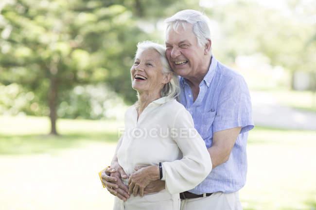 Счастливая пожилая пара на улице — стоковое фото