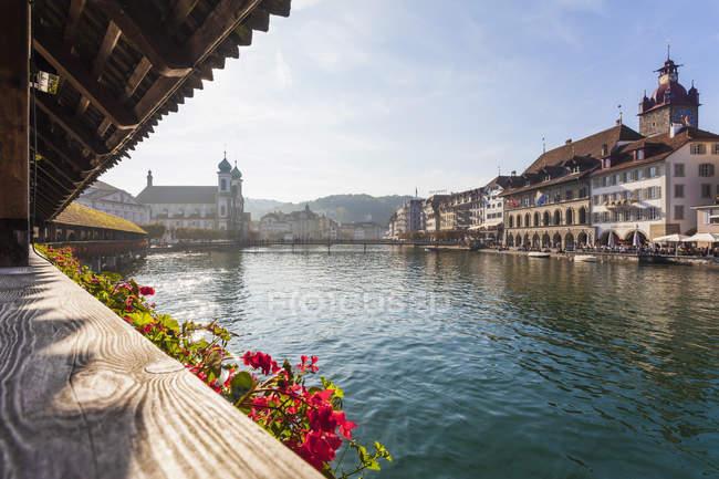 Suiza, Cantón de Lucerna, Lucerna, ciudad vieja, río Reuss y puente de la capilla - foto de stock