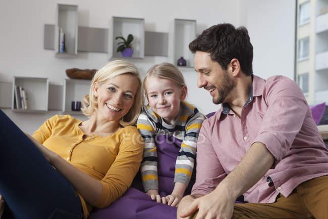 Retrato de mãe feliz, pai e filha em casa — Fotografia de Stock