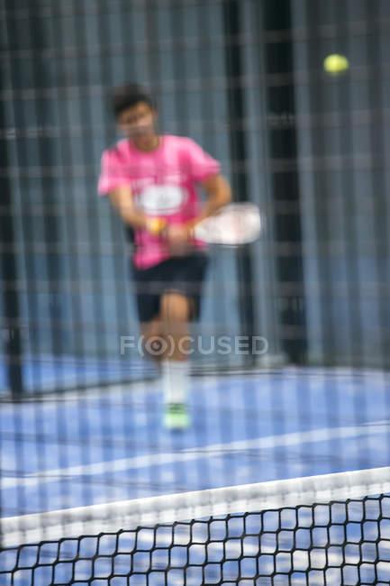 Tennisnetz mit Paddel-Tennisspieler im Hintergrund — Stockfoto