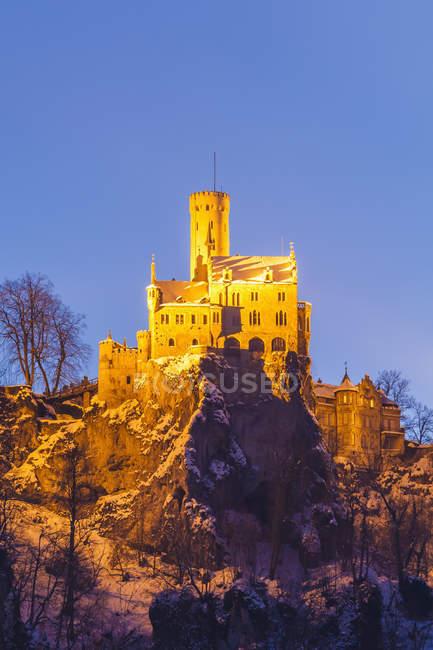 Deutschland, Baden-Württemberg, Ansicht von Schloss Lichtenstein bei Honau im Winter am Abend — Stockfoto