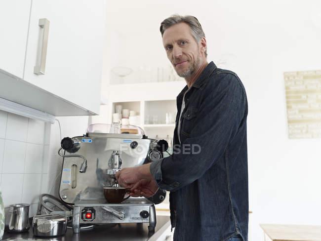 Reifer Mann Zubereitung Espresso Espressomaschine — Stockfoto
