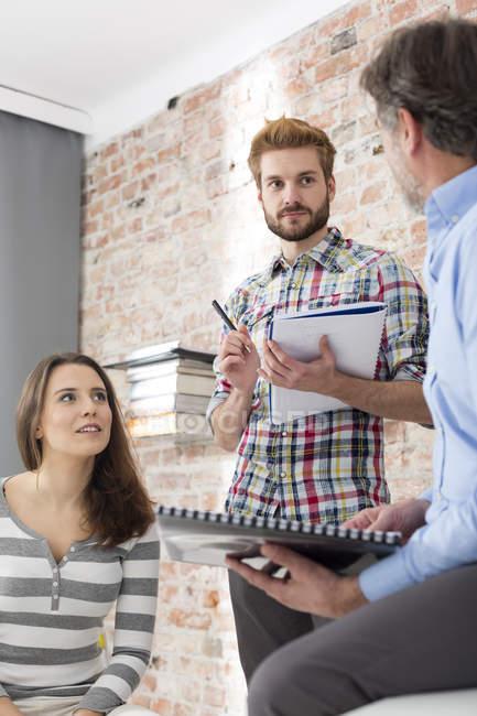 Gente en la reunión de negocios en la oficina moderna - foto de stock