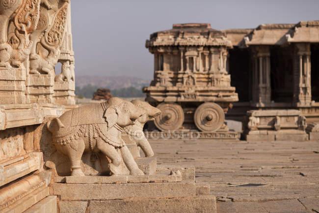 Figures de Pierre Chariot et éléphants au Temple de Vittala à Hampi, en Inde, Karnataka — Photo de stock
