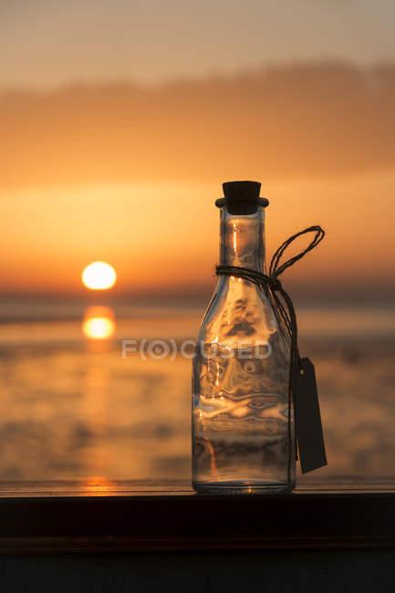 Vista da garrafa vazia ao pôr do sol — Fotografia de Stock