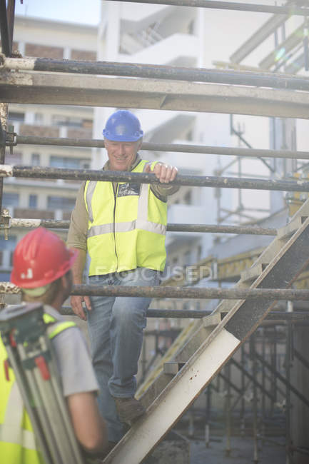 Agrimensor e construção trabalhador no canteiro de obras — Fotografia de Stock