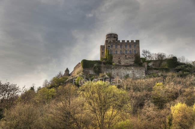 Germania, Renania-Palatinato, Castello di Pyrmont in collina durante il giorno — Foto stock