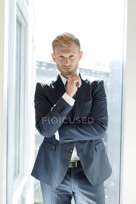 Porträt eines erfolgreichen Geschäftsmannes am Fenster — Stockfoto