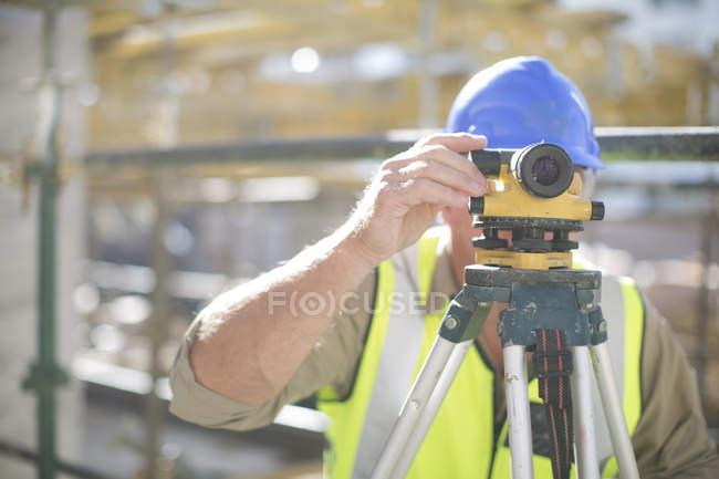 Surveyor no canteiro de obras — Fotografia de Stock