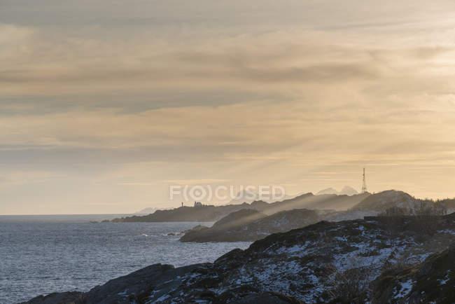 Norwegen, Lofoten, Küstenlinie bei Sonnenuntergang — Stockfoto