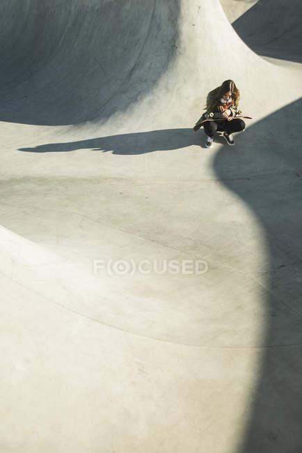 Adolescente en skatepark — Photo de stock