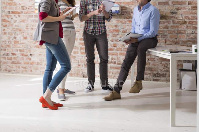 Réunion d'affaires créatives dans la salle de conférence moderne — Photo de stock