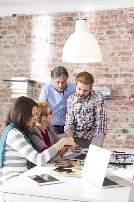 Gens d'affaires créatives réunie à la salle de conférence — Photo de stock