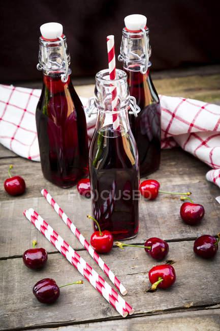 BIO succo di ciliegia in bottiglie — Foto stock
