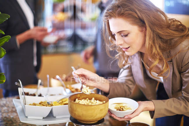 Empresaria tomar castañas de desayuno buffet - foto de stock
