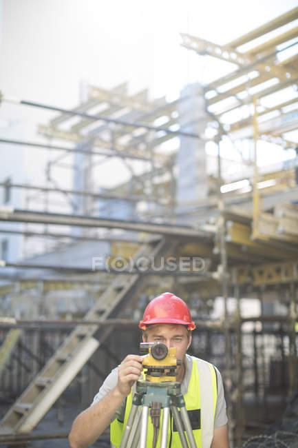 Topógrafo en sitio de construcción - foto de stock