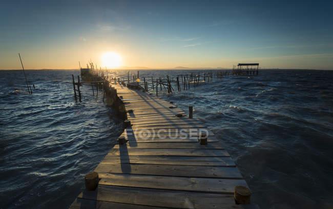Дерев'яні boardwalk для риболовлі на заході сонця — стокове фото