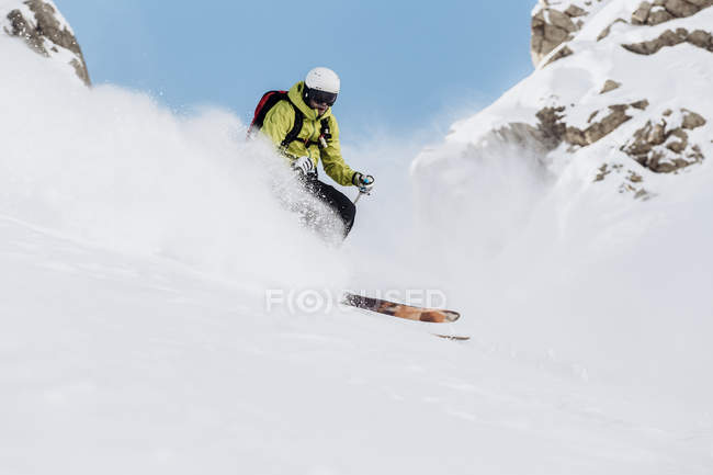 Áustria, Tirol, Arlberg, Jovem freeskiing nas montanhas — Fotografia de Stock