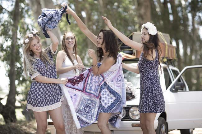 Amiche in viaggio cambiando vestiti — Foto stock