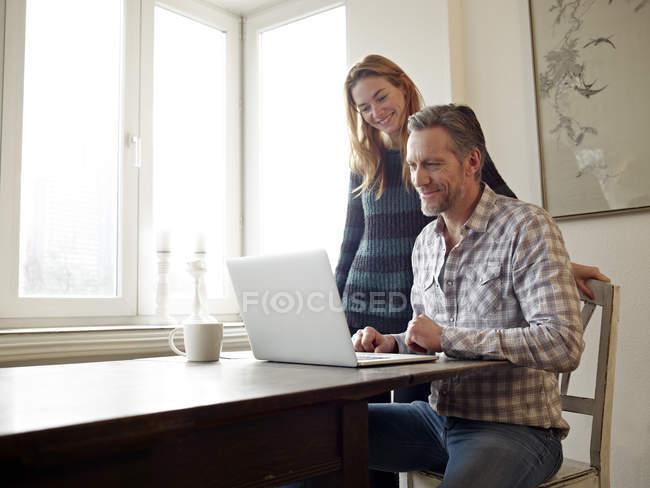 Hombre maduro e hija adulta navegando por la web - foto de stock