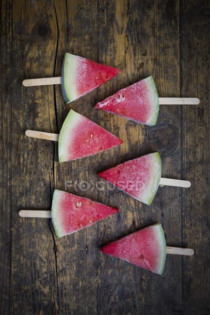 Vue de dessus de Six pastèque popsicles — Photo de stock