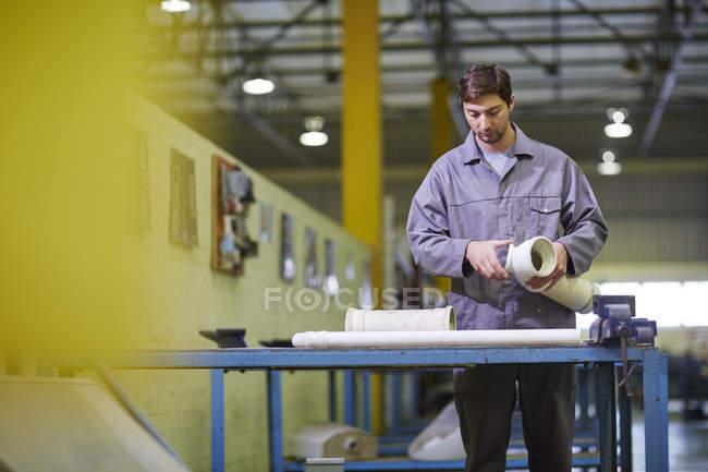 Bauarbeiter arbeitet mit Sanitärrohren — Stockfoto